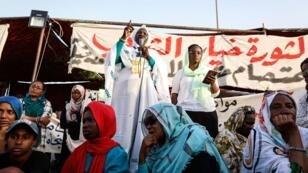 Pocas semanas tras la caída del dictador Omar al-Bashir, miles de sudaneses se manifiestaron cada día frente al cuartel general del Ejército.