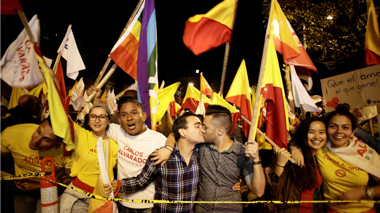 Los partidarios del candidato presidencial del Partido Acción Ciudadana (PAC), Carlos Alvarado, celebran durante el último debate antes de la segunda vuelta de las elecciones presidenciales en San José, Costa Rica, el 27 de marzo de 2018.