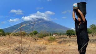 L'activité du volcan Agung (en arrière plan) est de plus en plus importante depuis 3 jours.