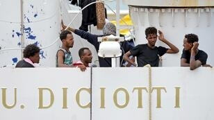 Des migrants confinés à bord du Diciotti le 23 août 2018