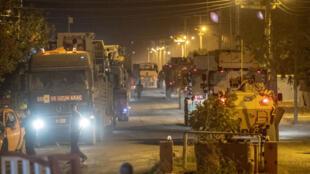 Des soldats turcs se dirigent vers la frontière syrienne dans la province de Sanliurfa, le 8octobre2019.
