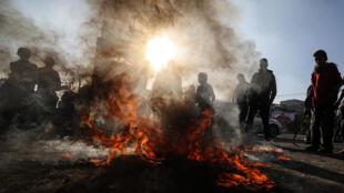 Des manifestants palestiniens brûlent des pneus le 29 janvier 2020 après l'annonce du plan de paix de Donald Trump pour le Proche-Orient.