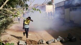 متظاهر سوداني يحمي وجهه من الغاز المسيل للدموع خلال تظاهرة في حي بوري بالخرطوم في 24 شباط/فبراير 2019