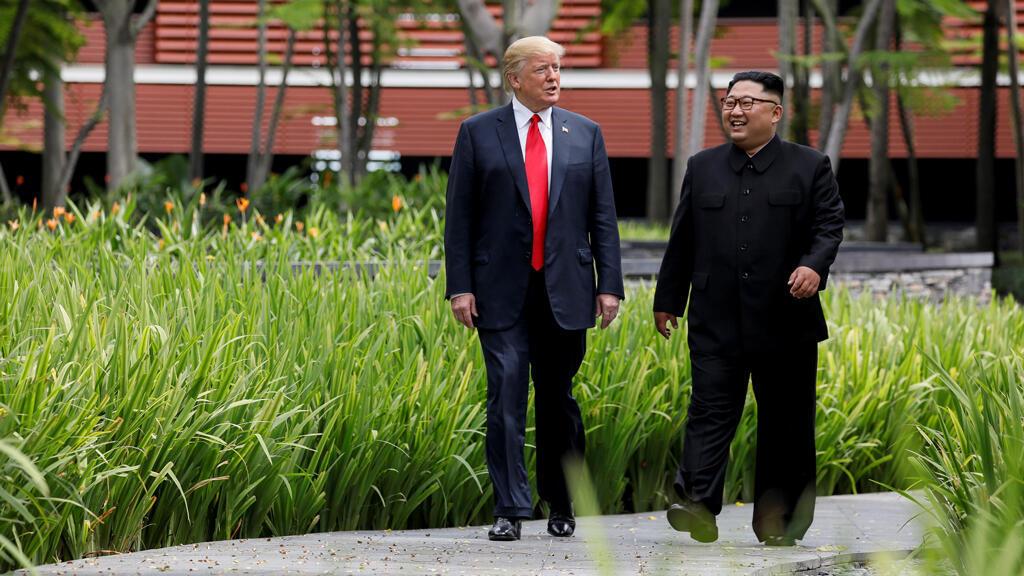 Donald Trump y Kim Jong-un caminan juntos antes del almuerzo de trabajo durante su cumbre en el Hotel Capella en la isla turística de Sentosa, Singapur, 12 de junio de 2018.