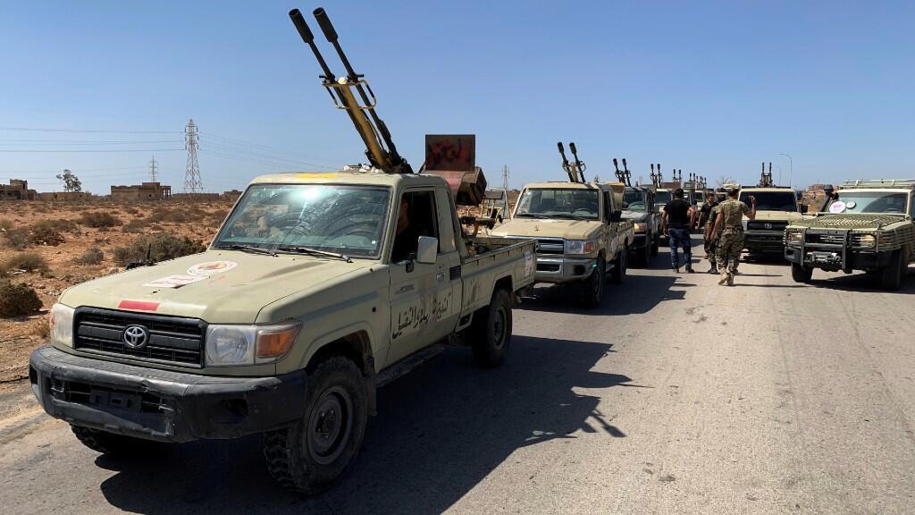 Las tropas leales del Gobierno de Acuerdo Nacional de Libia se sitúan en vehículos militares mientras se preparan antes de dirigirse a Sirte, en las afueras de Misrata, Libia, el 18 de julio de 2020.