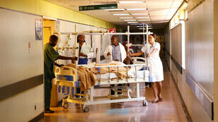 Un equipo médico atiende a un paciente en un hospital de Harare, Zimbabwe, el 4 de septiembre de 2019.