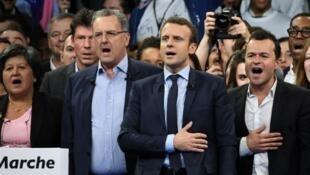 """الرئيس الفرنسي إيمانويل ماكرون مع عدد من أعضاء حركته """"الجمهورية إلى الأمام"""""""