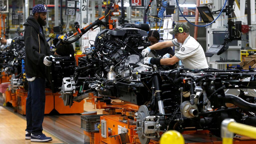 Trabajadores de ensamblaje de Fiat Chrysler Automobiles construyen camionetas pickup en la planta de ensamblaje de FCA Sterling Heights en Sterling Heights, Michigan, EE. UU., 22 de octubre de 2018.