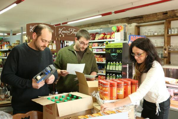 """Valérie (à droite) et Pierre (au centre) dans l'épicerie """"La Belle France""""."""