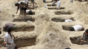 يمنيون يدفنون أطفالا قتلوا بعد تعرض حافلتهم من قصف شنه التحالف العربي -  آب/أغسطس 2018