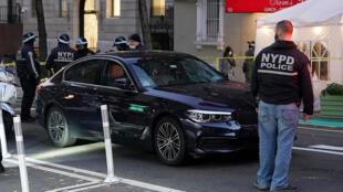 رجال شرطة أمريكيون يطوقون سيارة صدمت متظاهرين في نيويورك في 11 كانون الأول/ديسمبر 2020.