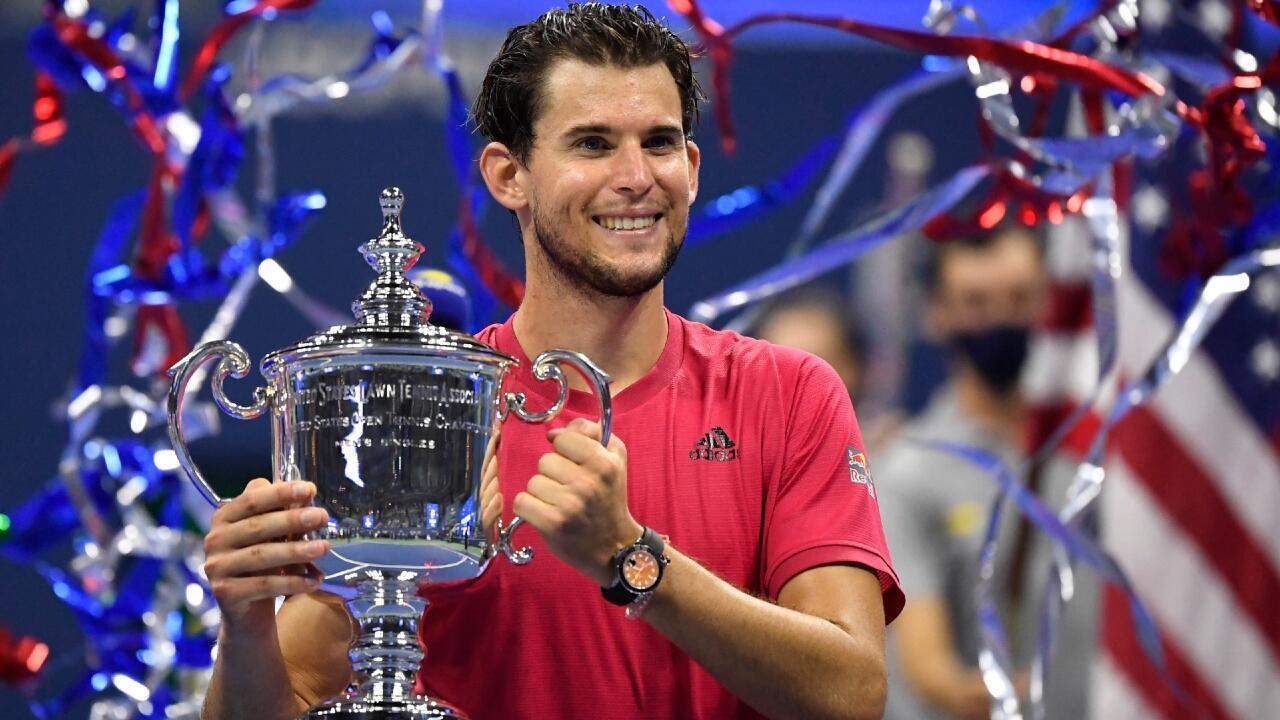 El austríaco Dominic Thiem sonríe al levantar el trofeo del US Open 2020 luego de vencer al alemán Alexander Zverev en la final en Nueva York, el 13 de septiembre de 2020.