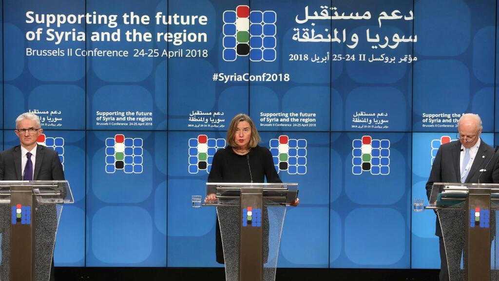 El secretario general adjunto de asuntos humanitarios, Mark Lowcock, la jefa de política exterior de la Unión Europea, Federica Mogherini, y el Enviado Especial de la ONU para Siria, Staffan de Mistura, durante una conferencia sobre el futuro de Siria y la región en Bélgica el 25 de abril de 2018.
