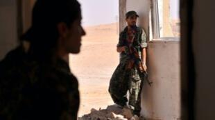 """- مقاتلون أكراد خلال مواجهات مع تنظيم """"الدولة الإسلامية"""" في الحسكة 20 تموز/يوليو 2015"""