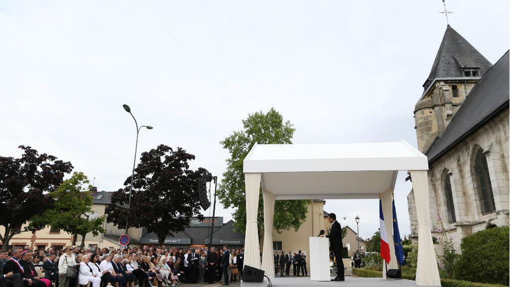 Emmanuel Macron a rendu hommage au père Hamel, le 26 juillet 2016 en l'église de Saint-Étienne-du-Rouvray.