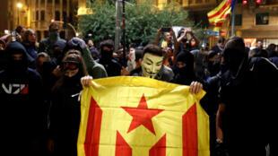 """Un manifestant indépendantiste brandit le drapeau séparatiste catalan lors d'une manifestation contre la """"répression policière"""", le 26octobre2019 à Barcelone."""