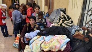 عائلان قبطية تصل الإسماعلية نزوحا من سيناء بسبب الاعتداءات الإرهابية.