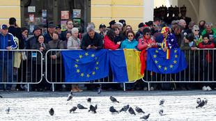 Des personnes attendent le début de la réunion informelle des dirigeants de l'Union européenne à Sibiu, en Roumanie, le 9 mai 2019.