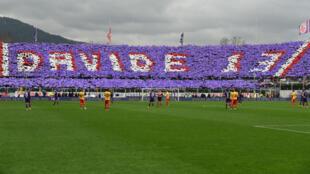"""Le """"tifo"""" déployé par les supporters de la Fiorentina en hommage à Davide Astori."""