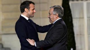 Le président français Emmanuel Macron accueille à l'Élysée le secrétaire général de l'ONU, Antonio Guterres, le 11novembre2019, à la veille de l'ouverture du Forum de Paris sur la paix.