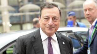 Mario Draghi, le président de la BCE, a annoncé le relèvement de 900 millions d'euros du plafond des prêts d'urgence accordés aux banques grecques.