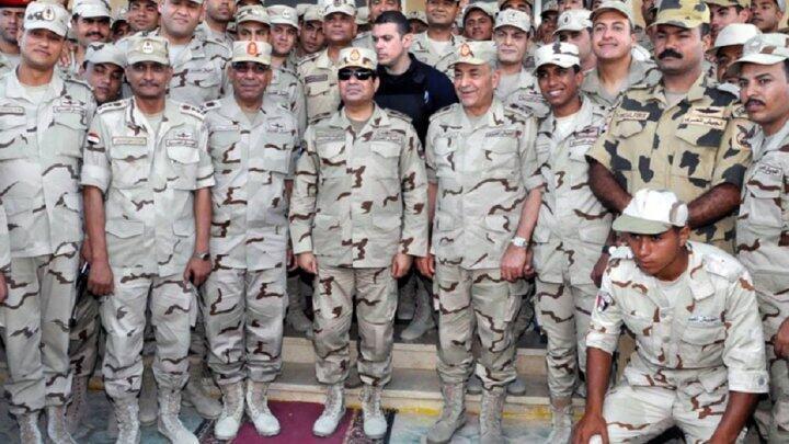 السيسي محاطا بقادة وأفراد القوات المسلحة