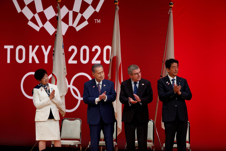 La gobernadora de Tokio, Yuriko Koike, el presidente de Tokio 2020, Yoshiro Mori, el presidente del Comité Olímpico Internacional (COI), Thomas Bach, y el primer ministro de Japón, Shinzo Abe, asisten a la ceremonia 'One Year to Go' que celebra un año antes del inicio de los juegos de verano en Foro Internacional de Tokio, Japón, el 24 de julio de 2019.