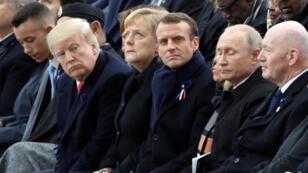 Archivo: Donald Trump mira a Vladímir Putin durante la ceremonia de conmemoración del Día del Armisticio, 100 años después del final de la Primera Guerra Mundial, en el Arco de Triunfo, en París, Francia, el 11 de noviembre de 2018.
