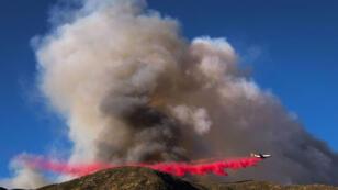Un canadair disperse un retardant sur l'incendie de Blue Cut, en Californie, le 16 août 2016.