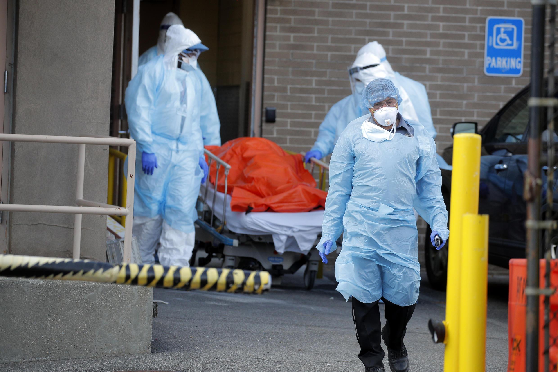 Des personnels soignants escortent le corps d'un patient hors d'un hôpital new-yorkais, le 2 avril 2020.