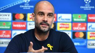 El entrenador español Josep Guardiola defendió la independencia catalana al portar un lazo amarillo en su