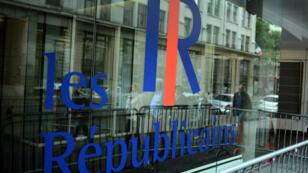 Le logo Les Républicains figurant sur la façade du siège du parti,  le 31 mai 2015.