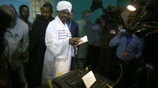 Omar el-Béchir a voté à Khartoum, le 13 avril 2015.
