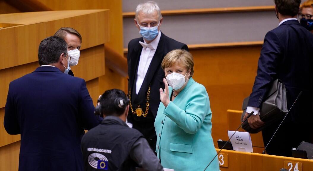 La canciller alemana, Ángela Merkel, se retira tras participar en una sesión plenaria del Parlamento Europeo, en Bruselas, Bélgica, el 8 de julio de 2020.