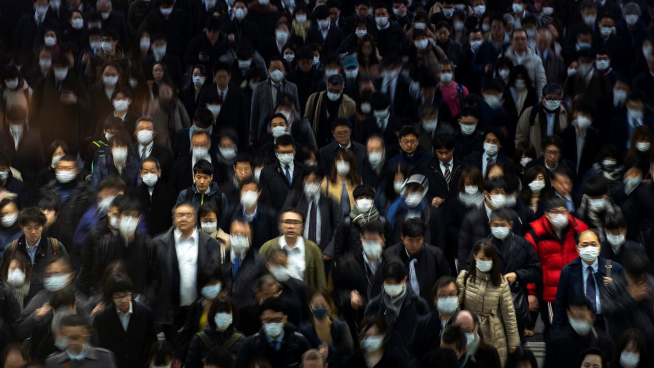 Una multitud se protege con mascarillas de posibles contagios en la estación de Shinagawa, en Tokio, Japón, el 1 de marzo de 2020.