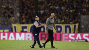 Diego Maradona, devenu entraîneur de Gimnasia y Esgrima La Plata, sur le terrain lors du match du championnat argentin face à Boca Juniors, le 7 mars 2020 à Buenos Aires