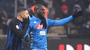 Les joueurs de Naples se disputent avec l'arbitre Paolo Mazzoleni après sa décision controversée de donner un carton rouge au défenseur sénégalais Kalidou Koulibaly.