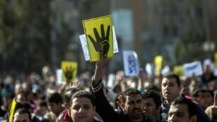 مناصرون لجماعة الإخوان المسلمين في تظاهرة في الذكرى الأولى لفض اعتصام ميدان رابعة العدوية.