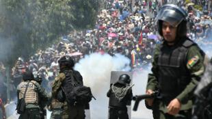 Policías chocan este martes con manifestantes, en Cochabamba, Bolivia, el 29 de octubre de 2019.