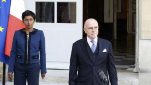 Le Premier ministre Bernard Cazeneuve et la ministre des Outre-mer Ericka Bareigts, le 27 mars 2017 à Matignon.