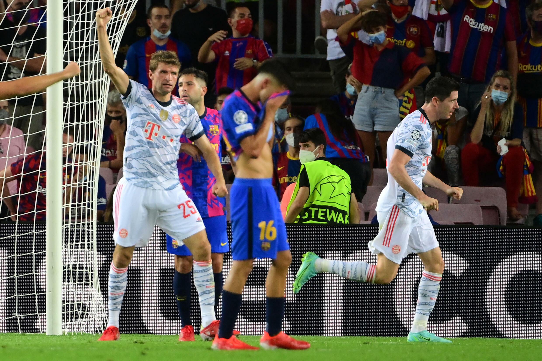 El delantero polaco del Bayern Múnich Robert Lewandowski (D) celebra un gol sobre el FC Barcelona, en partido de la Liga de Campeones jugado el 14 de septiembre de 2021 en el Camp Nou
