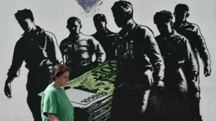 Une frise murale à Athènes représentant le poids de la dette grecque