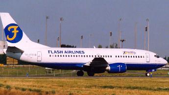 Photo d'un Boeing 737 de la compagnie Flash Airlines stationné à l'aéroport Roissy-Charles de Gaulle en août 2003.