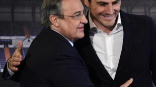 حارس المرمى السابق إيكر كاسياس (الى اليمين) ورئيس نادي ريال مدريد فلورنتينو بيريز، في صورة مؤرخة 13 تموز/يوليو 2015.