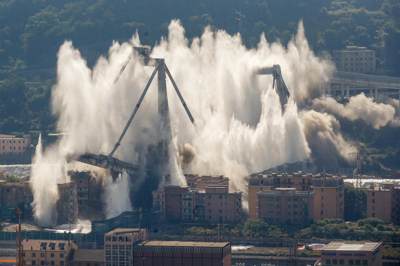 Les opérations de démantèlement commencent en février 2019. L'opération s'avère délicate, car ce pont suspendu chevauche en partie des habitations –les immeubles sous le pont sont cependant condamnés– et une voie ferrée. Dans un nuage de poussière, les deux principales piles à haubans de ce qui reste du pont Morandi sont détruites à l'explosif, le 28 juin 2019 au matin, pour permettre la reconstruction d'une nouvelle infrastructure. Le déblaiement, qui doit durer six mois, doit permettre à la ville portuaire d'entrevoir la perspective d'un retour à la normale.