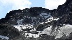 La gente participa en una ceremonia de duelo para generar consciencia sobre los palpables efectos del cambio climático, por la desaparición del glaciar Pizol en Mels, Suiza, el 22 de septiembre de 2019.