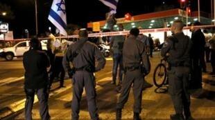 عناصر أمن إسرائيليون يقفون خلف طوق أمني في القدس الغربية في 29 تشرين الأول/ أكتوبر 2014