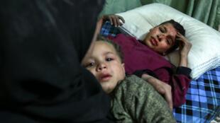امرأة وطفلين في مشفى في دوما من ضحايا قصف الغوطة الشرقية 24 شباط/فبراير 2018.