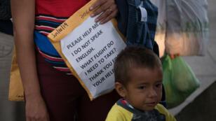 Une famille de migrants, libérée de détention, cherchant son chemin, le 12juin2019, à McAllen, au Texas.