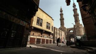 صورة التقطت في 24 نيسان/أبريل 2020 في أول يوم جمعة في شهر رمضان لشارع قرب باب زويلة في القاهرة القديمة
